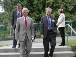 Photo of British Columbia Premier Gordon Campbell arriving at TRIUMF